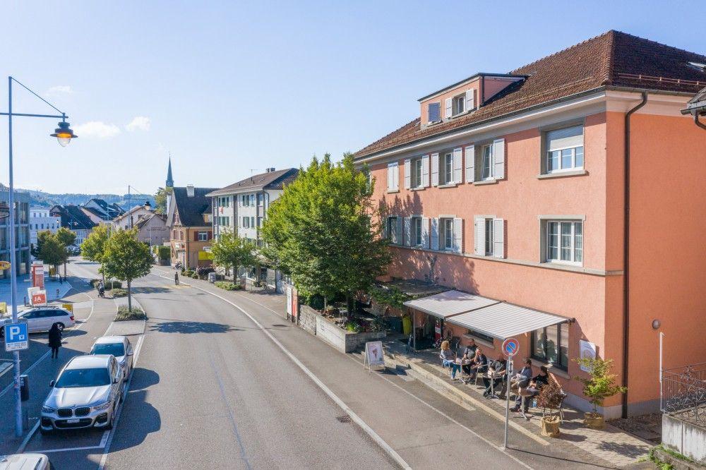 Das Hertihus liegt mitten in Bülach, nahe am Bahnhof