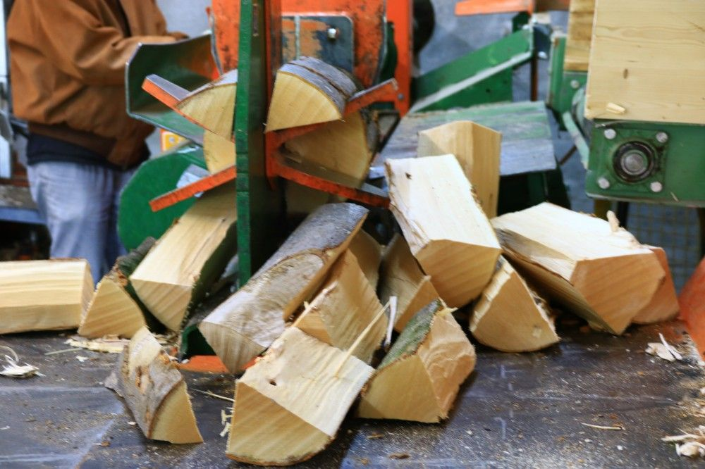 Tagesstrukturangebot: Brennholz