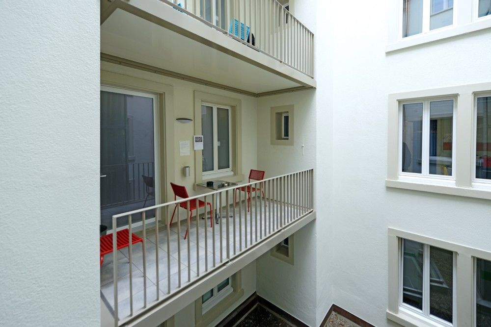 Innenhof und Raucherbalkon Männerwohnhaus