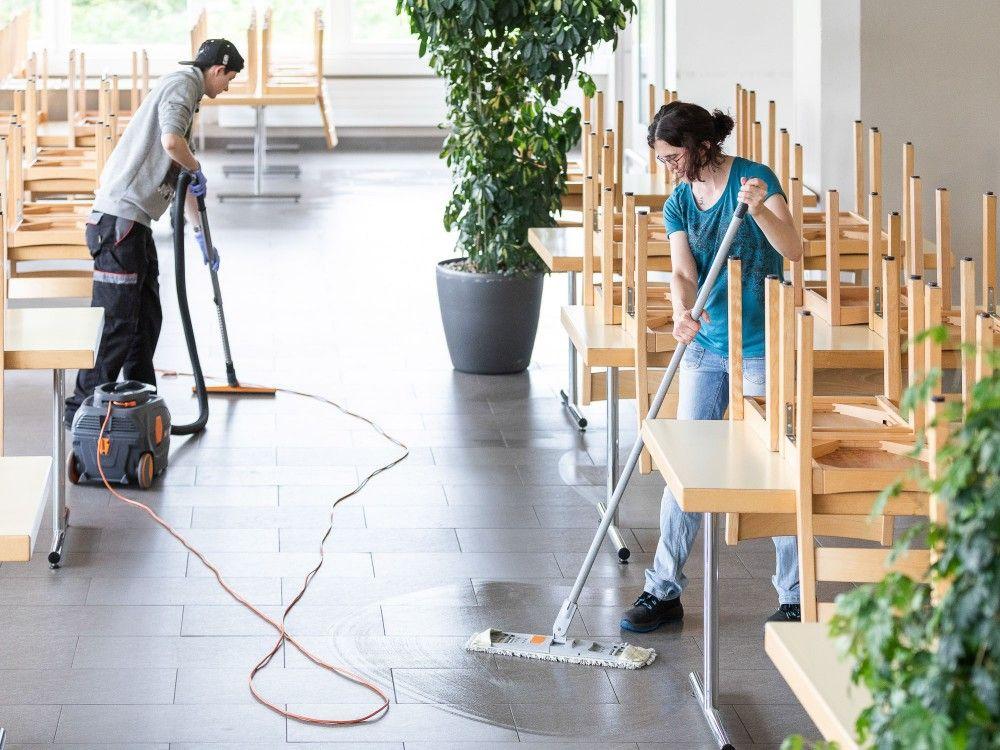 Mitarbeiterin, Mitarbeiter Reinigung